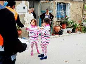 Protección Civil comienza el reparto de mascarillas para niños puerta a puerta en Almoradí