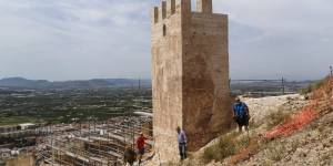 Se reanudan las obras de rehabilitación en la muralla de la Torre Taifal del Castillo de Orihuela