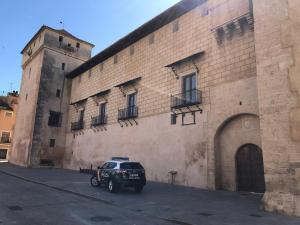 La Policía Nacional escolta el traslado de una obra de arte sacro desde la localidad de Orihuela a un Monasterio de Cocentaina