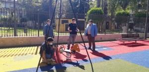 Expertos inspeccionan los parques infantiles de Orihuela para garantizar su seguridad