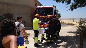 Los bomberos rescatan a una mujer tras caer desde una altura de tres metros en la subida al Castillo de los Moros de Orihuela