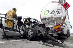 Un turismo choca un camión cisterna que transportaba aceite de oliva en la AP-7