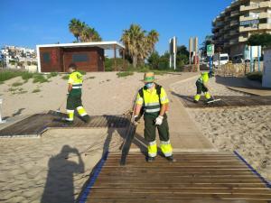El Centro Especial de Empleo de Adis refuerza la desinfección de las playas de Orihuela durante los fines de semana