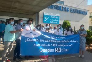 Los trabajadores del Hospital de Torrevieja se movilizan ante la incertidumbre de su futuro