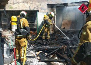 Los bomberos sofocan un incendio en el patio de una vivienda en Orihuela