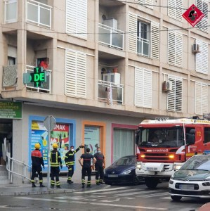 Los bomberos rescatan el cadáver de un hombre en una vivienda de Torrevieja