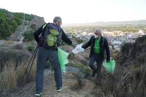 Medio centenar de voluntarios recogen más de dos toneladas de residuos en la sierra de Redován