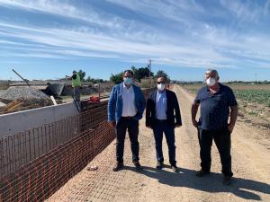 Los alcaldes de San Fulgencio y Dolores visitan las obras de reparación de daños de la DANA en el azarbe de Los Vidales