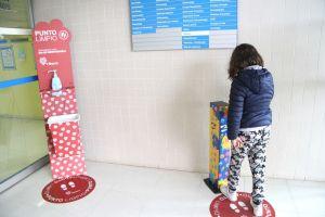 El Hospital de Torrevieja instala dispensadores de gel hidroalcohólico infantiles en sus accesos