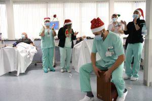 Profesionales del Hospital Universitario de Torrevieja amenizan la estancia de los pacientes en Navidad