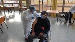 Rafael Planelles, de 73 años, el primero en recibir la vacuna en la Residencia de la Tercera Edad de Orihuela