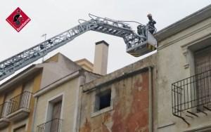 Los bomberos intervienen en la fachada de un edificio de la Plaza de Monserrate en Orihuela