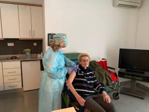 Los residentes y trabajadores de la Residencia de Mayores Casaverde de Almoradí reciben la vacuna contra el Covid-19
