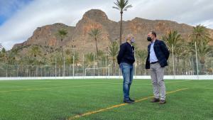 El campo de fútbol del Polideportivo municipal luce su renovado césped artificial y nueva iluminación LED