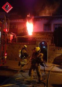 Los bomberos evacuan a dos personas tras arder un colchón de madrugada en su vivienda de Torrevieja