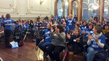 Los funcionarios en huelga, en el pleno de la Diputación. DP