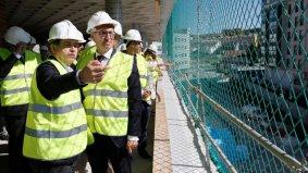 El alcalde de Pontevedra, Miguel Anxo Fernández Lores, junto al presidente de la Xunta, Alberto Núñez Feijóo, en las obras del inmueble.GONZALO GARCÍA