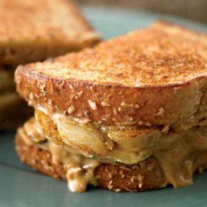 Sándwich de plátano y crema de cacahuete a la plancha