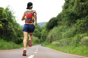 Mujer corre por la carretera