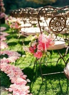 Decoración boda sillas con flores