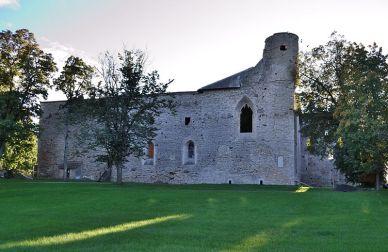 800px-Padise_kloostri_varemed_vallikraaviga,_13.-16.saj_(1)