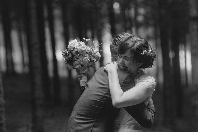 Boda en bosque Bélgica abrazo