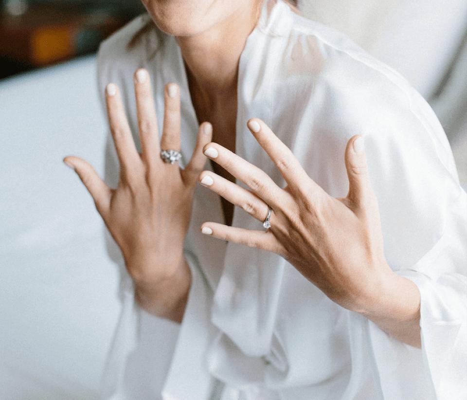 Novia con anillo de diamente clemencia peris