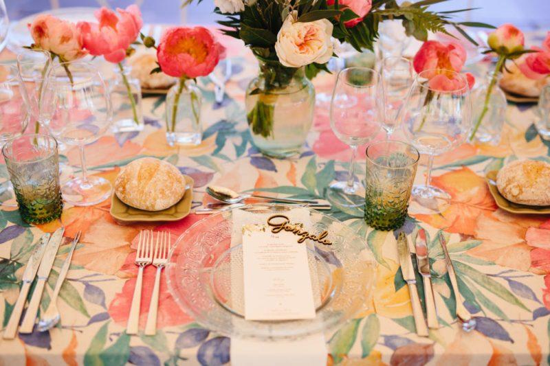 nombre-de-los-invitados-en-madera-mesa