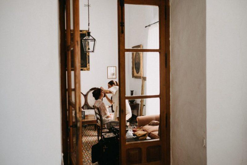 05 novia maquillandose sitio ceremonia civil - ¿Dónde me Arreglo el Día de mi boda?