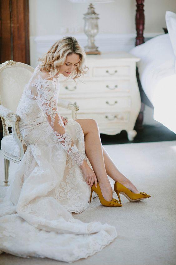 novia con zapato de color mostaza - 7 Consejos para Elegir tus Zapatos de Novia