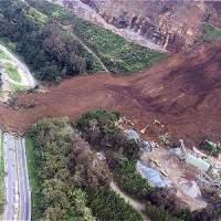Derrumbe en la autopista Bogotá - Medellin a la altura de Copacabana