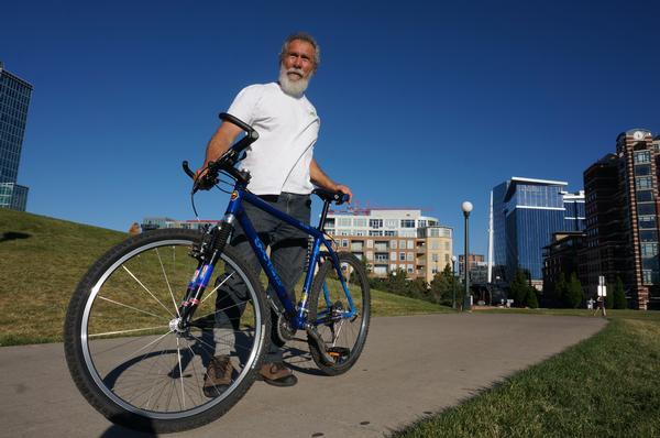 Mestre Acordeon com sua bicicleta em Berkeley, São Francisco