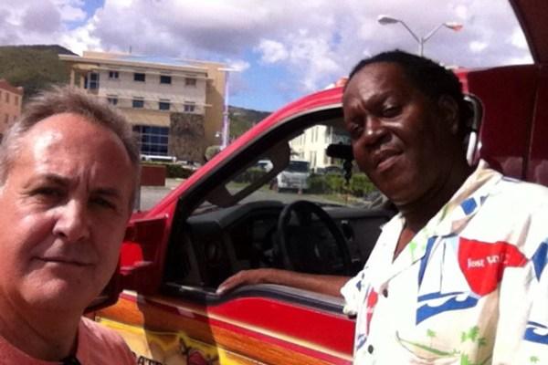 Joaquim com o taxista Roy George: o país de maioria negra tem uma das mais elevadas rendas per capita do mundo