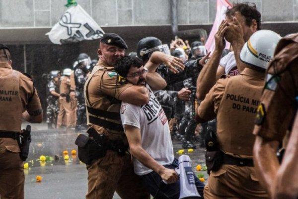 PMs do Paraná enfrentam corajosamente um black bloc