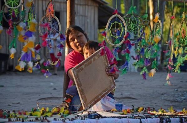 Índia kaingang vende artesanato em Santa Catarina