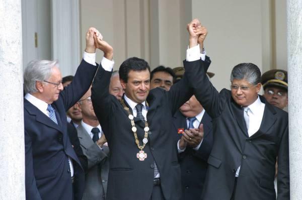 Aécio toma posse em Minas em 2003