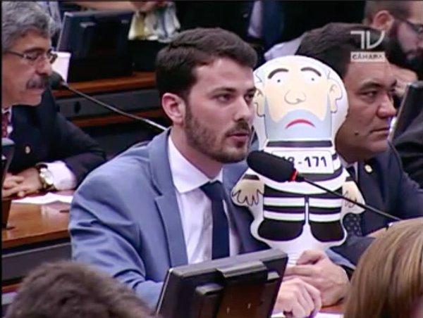 O deputado cunhista Marcelo Aro na comissão do impeachment