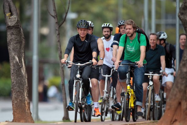 FR12 SÃO PAULO - SP - 09/10/2016 - NACIONAL - EXCLUSIVO EMBARGADO - JOÃO DORIA - O prefeito eleito pelo PSDB na cidade de São Paulo, João Doria anda de bicicleta na ciclo faixa da Faria Lima sentido Largo da Batata. FOTO: FELIPE RAU/ESTADÃO