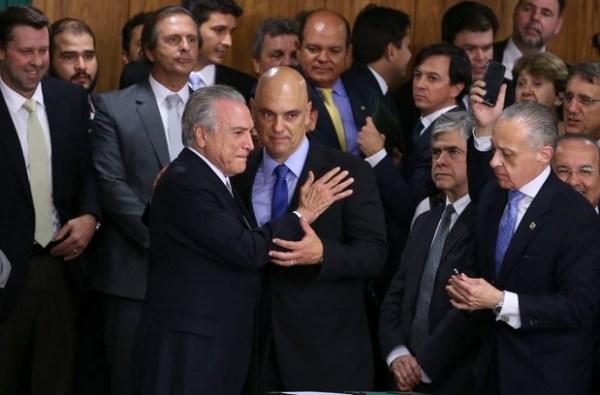 Resultado de imagem para CINISMO E ELITES POLÍTICAS