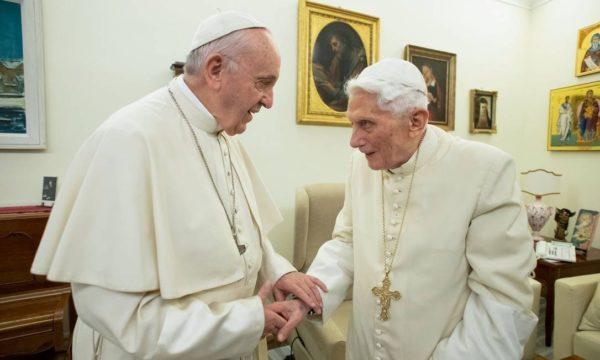 Papa Francisco e Bento XVI são vacinados no Vaticano