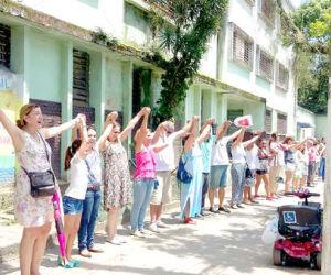 Manifestantes deram as mãos em frente à antiga Casa Anchieta, em Santos