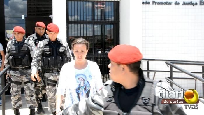 Momento da prisão da prefeita Cláudia Dias em Cajazeiras