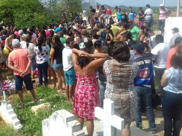 Enterro de cinco das vítimas aconteceu na manhã desta quarta-feira (10) (Foto: Felipe Valentim/TV Paraíba)
