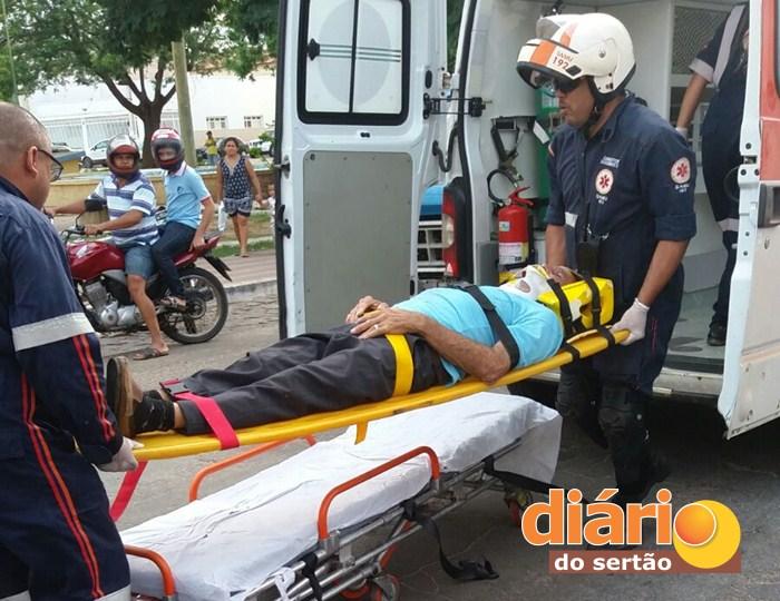 Vítima sendo socorrida para o Hospital