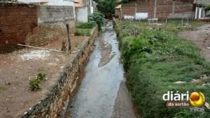Canal que atravessa o bairro São José causa alagamento por causa do acúmulo de lixo