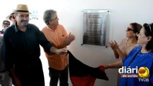 Ricardo Coutinho, de camisa laranja, inaugurou condomínio para idosos em Cajazeiras nesta sexta (18)