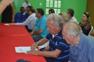 Ao lado do presidente estadual da legenda, José Aldemir assina ficha de filiação ao PP (Foto: Ângelo Lima)