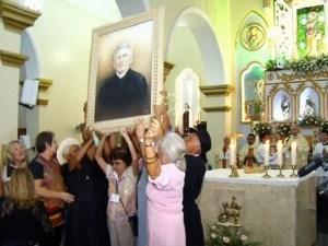 Imagem do padre entra em templo católico após perdão da Igreja Católica