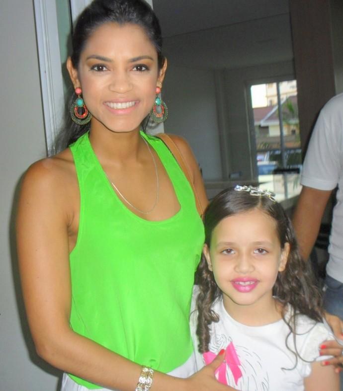 Em 2014, Laís Amaro teve a oportunidade de tietar Lucy Alves, nos bastidores de um show (Foto: Arquivo Pessoal)