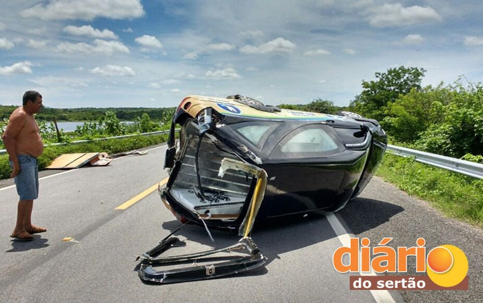 Veículo capotou na BR 230 (foto: WhatsApp)